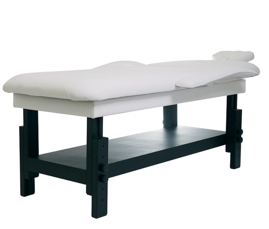 Изразен квалитет и функционалност на тази козметична и масажна лежанка създава възможност за много видове терапии. Дължина: 182-221 cm. Ширина: 72- 97cm. Височина: 56-83см. Цвят: бял лежанка / тъмно кафяв корпус. Гаранция 24 месеца с възможност за извън гаранционно обслужване. . . От козметика, масажи, релакс – всичко е възможно. Рамката е изработена от тъмно кафяво дърво и има плоскост в долната част. Наклонът на облегалката може да се регулира без усилие с помощта на амортесьор под налягане. Височината се регулира с помощта на различни фиксирани позиции. Прибиращи се подлакътници, полулегнал подглавник с отвор за лицето прави всякакъв вид масаж възможен